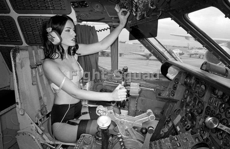 WW2 Picture Photo Pin UP sexy girl Pinup in the Cockpit